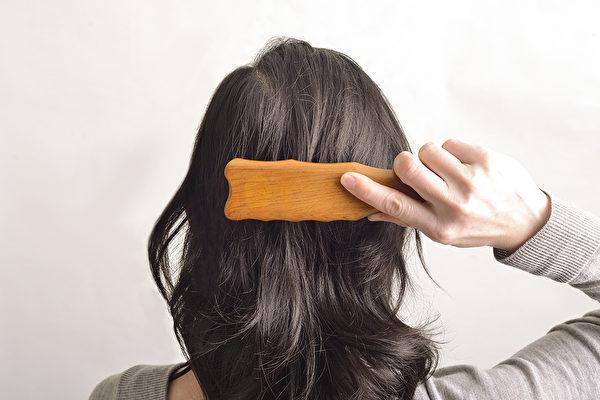梳頭按摩頭部,等於按摩全身,可以改善頭痛頭暈、高血壓、中風等疾病。(日日學提供)