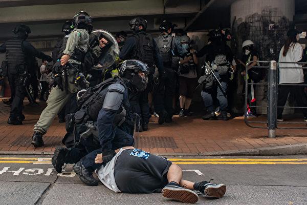 圖為對民眾施暴的港警。(Anthony Kwan/Getty Images)