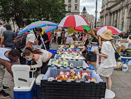 示威抗議現場的攤位放著各方捐贈的物資,包括食物、水等。