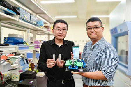 清華醫工所教授鄭兆珉(左)與神光晶片研發副總洪啟琮展示中共肺炎重症快篩試片與可攜式分析儀。