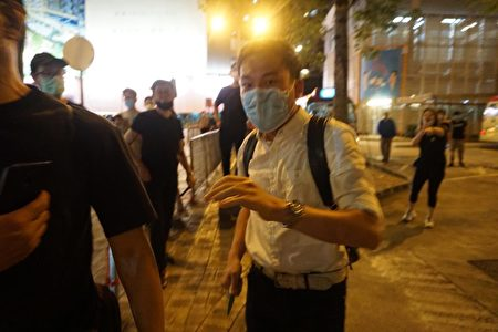 該名白衣人突然以刀攻擊大紀元記者,導致一名嘗試保護記者的市民受傷。(Jerry/香港大紀元)