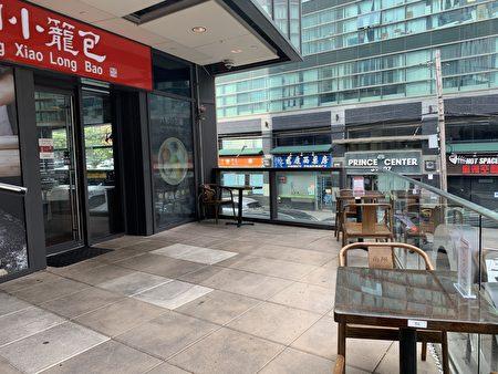 """法拉盛""""富顿一号广场""""内的中餐馆利用户外庭院,提供堂吃。"""