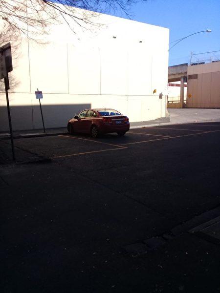 2020年6月28日,一名體型瘦高的年輕亞裔男子不顧勸阻,強行持刀破壞並搶走博士山購物中心(Box Hill Central)外法輪功攤位的三面橫幅。圖為年輕亞裔男子離開時乘坐的紅色轎車。(Alex提供)