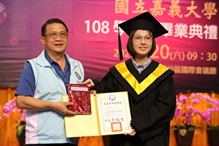 嘉義市政府參議葉國樑(左)頒獎予應用經濟學系林怡均同學(右)。