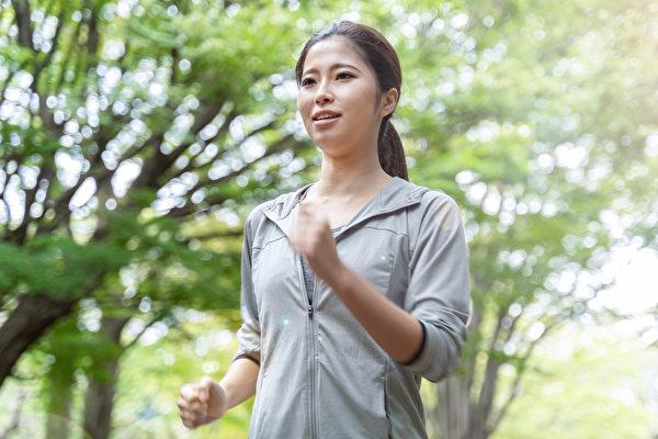 什么运动可以有效预防骨质疏松?健走、慢跑、骑单车、游泳?(Shutterstock)