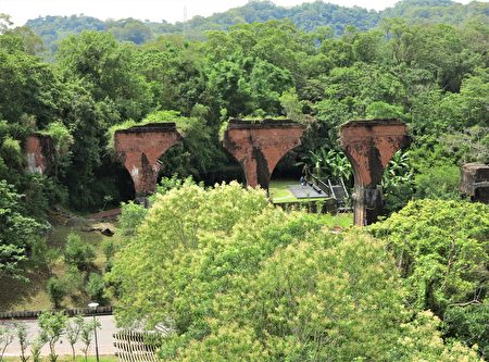 斷裂成四個半的龍騰紅磚橋墩,仍舊堅強地挺直在溪谷中。