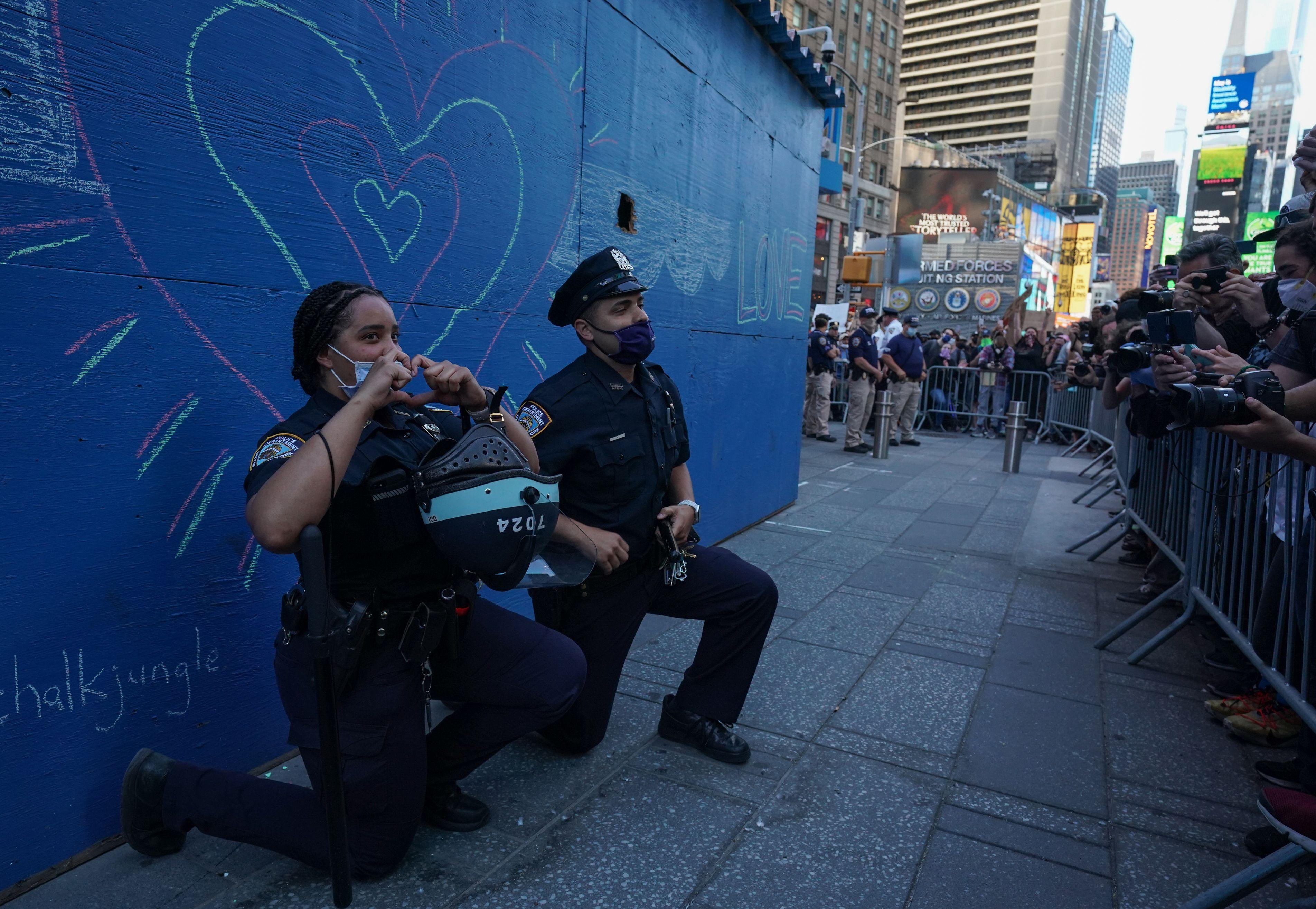 紐約警察單膝下跪 感化抗議者 化解暴力