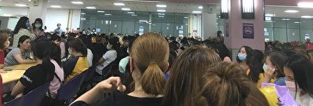 八百多名越南移工站在厂区大门前抗议,并集体罢工。