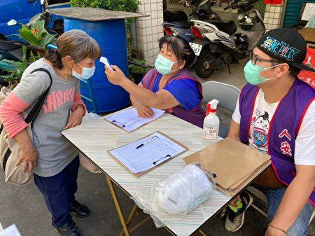寒士參加活動,宣導戴口罩及測量體溫。