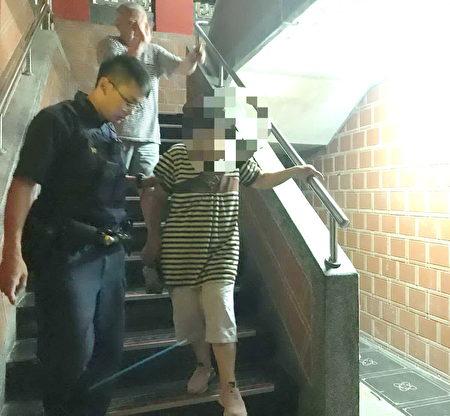 警方会同庙公一同上二楼协助老妇人下楼。
