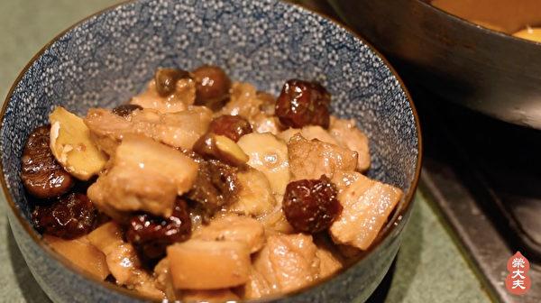 制作五花养生粽步骤之:炒、煮食材和五花肉。(荣大夫提供)