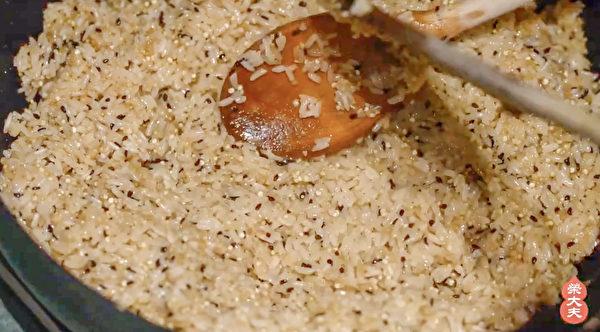 製作五花養生粽步驟之:炒糯米和藜麥。(榮大夫提供)