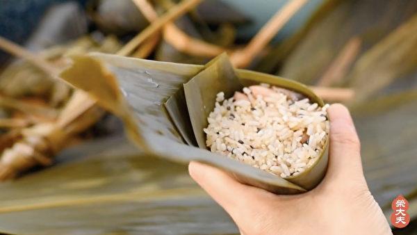 制作五花养生粽步骤之:包粽子。(荣大夫提供)