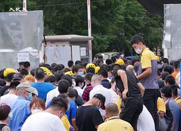 2020年6月22日下午三點,海澱四季青鎮,核酸檢測處擁擠的人群。(大紀元)