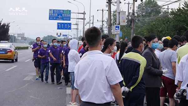 2020年6月22日下午三點,海澱四季青鎮,核酸檢測處排隊的人排到馬路兩側。(大紀元)