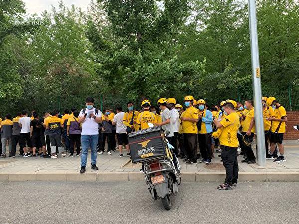 2020年6月22日下午三點,海澱四季青鎮,核酸檢測處排隊的快遞員排隊排到馬路兩側。(大紀元)
