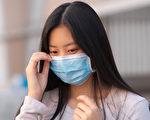 如何才能既戴口罩防病毒,又保護好自己的皮膚呢?(Shutterstock)