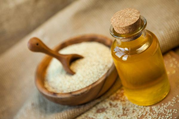 在印度用芝麻油做油拔法已經有很長的傳統。其它適合漱口的油類還有椰子油、脫臭的葵花籽油。(Shutterstock)