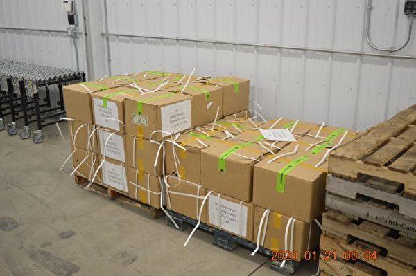 2019年12月,在明尼蘇達州國際泉港口的45個可疑的紙箱中,發現面額1元、總值90萬元的假幣。(CBP提供)