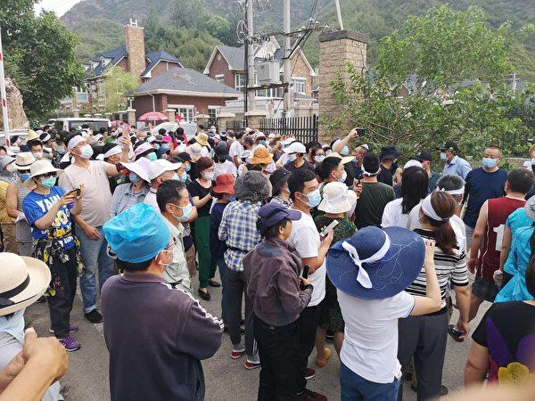 北京昌平居民2020年6月22日頭綁白布條抗議政府強拆。(知情人提供)