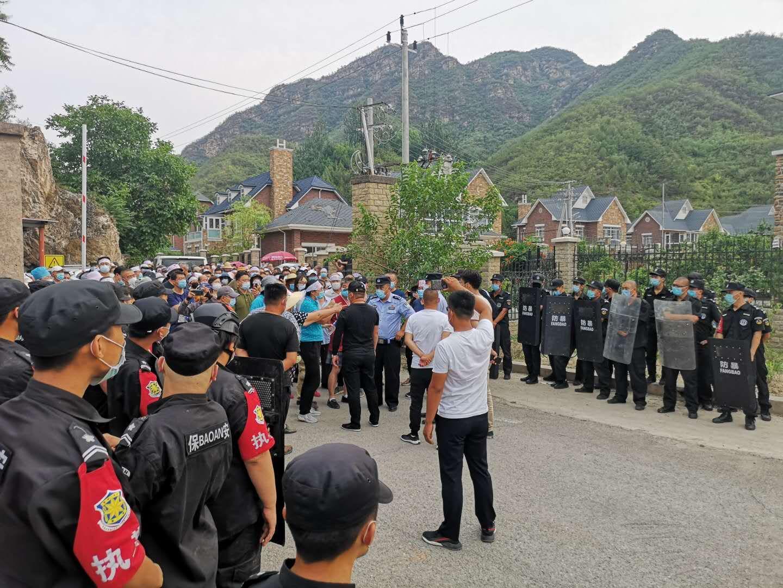2020年6月22日,北京昌平郊區文化產業居住區的業主,頭綁白布條集體捍衛家園,堵住路口不讓武警進入強拆。(知情者提供)