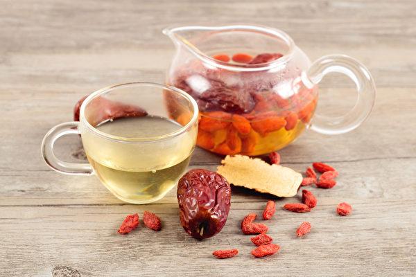 枸杞和紅棗都有補肝血的作用,有肝血虛症狀的民眾平時可飲用枸杞紅棗茶。(Shutterstock)