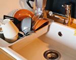 为避免孳生霉菌,餐具洗好后一定要先沥干,才能放进烘碗机。(Shutterstock)