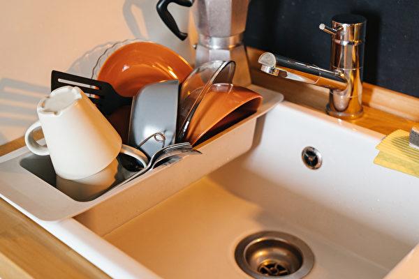 為避免孳生黴菌,餐具洗好後一定要先瀝乾,才能放進烘碗機。(Shutterstock)