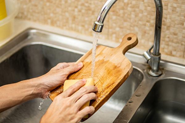 為避免砧板藏黴菌、長黴斑,平時清潔、消毒很重要。(Shutterstock)