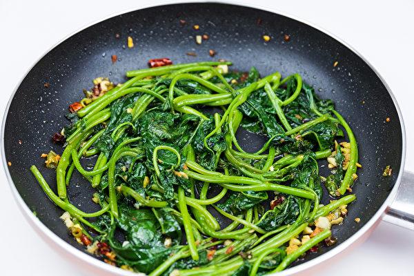 用不沾锅炒地瓜叶,较好限制用油量。(Shutterstock)