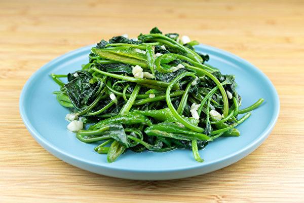 地瓜葉營養豐富,從豬食變成常見的美味菜肴,而且有護眼益處。(Shutterstock)
