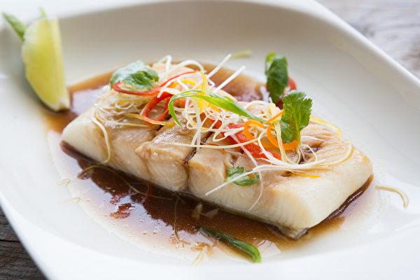 如果是坏胆固醇高,可改变烹调方式,清蒸、炖煮、川烫等作法较健康。(Shutterstock)