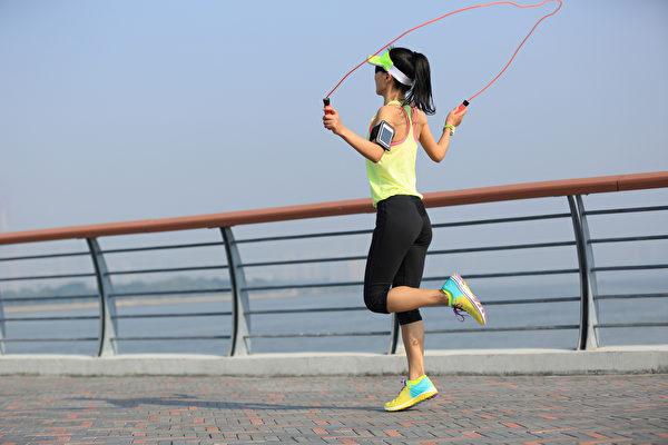 負重運動如快走、慢跑、跳繩、太極拳、韻律舞等,都對骨質密度有幫助。(Shutterstock)