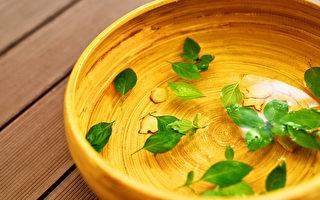 夏天用2味药材泡脚,能除体内湿气,并且改善香港脚和皮肤病。(Shutterstock)