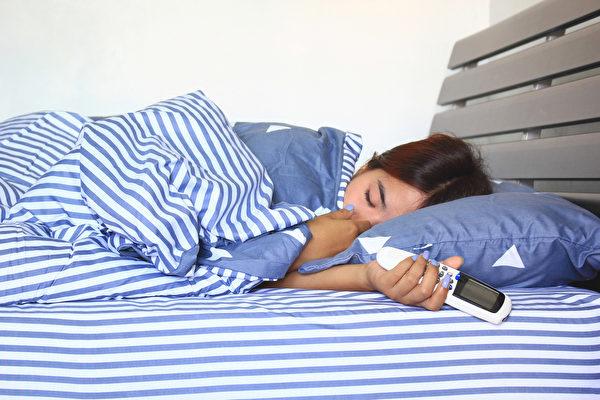 睡覺的時候,體溫會下降,人體的防禦能力也隨之下降,因此冷氣不能持續吹。(Shutterstock)