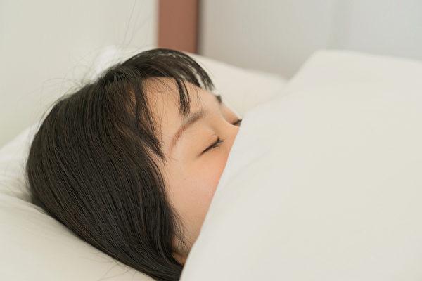 早睡早起是自古以来的养生方法。好睡眠不只减肥,能带来六大益处。(Shutterstock)