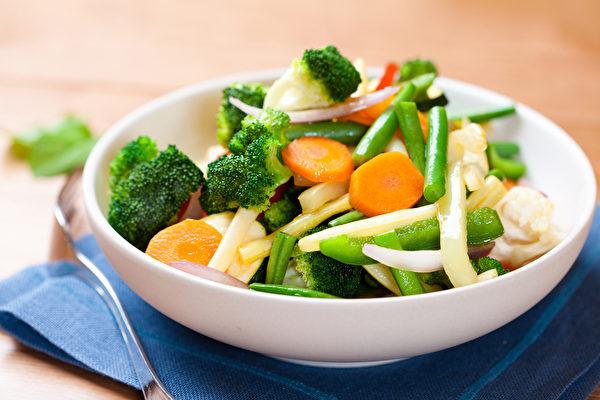 蔬菜究竟生吃、熟吃好?煮熟后营养素会破坏吗?(Shutterstock)