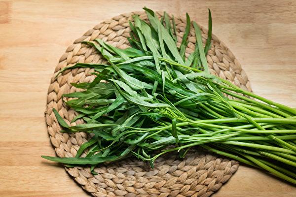 空心菜、茼蒿、地瓜叶等叶子较小的蔬菜,怎样清洗才能去掉农药残留?(Shutterstock)