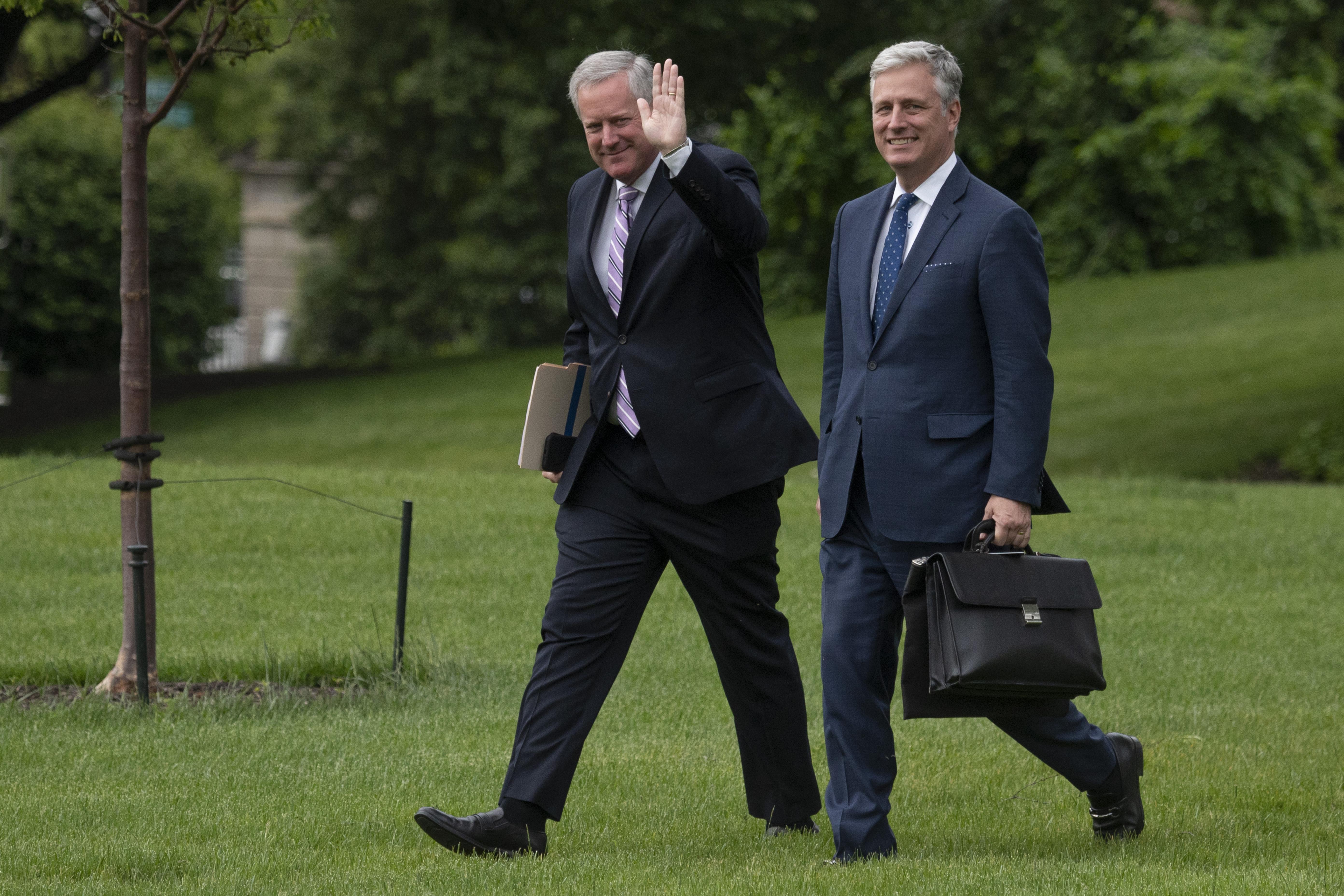 圖為白宮幕僚長梅多斯(圖左)和白宮國家安全顧問奧布萊恩(圖右)。(Photo by JIM WATSON/AFP)