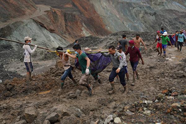7月2日,緬甸北部一座玉石礦場發生山崩災難,目前至少已從泥石中拉出126具礦工屍體,當局預計可能有更多人喪生。(Photo by Zaw Moe Htet / AFP)