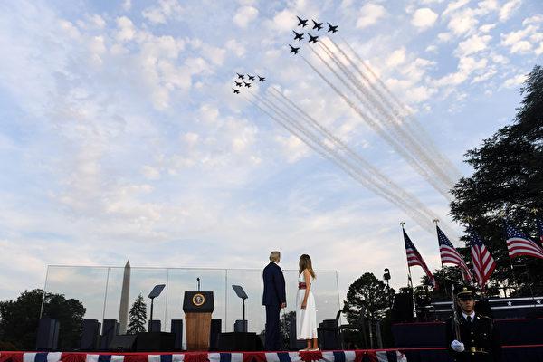 2020年7月4日特朗普總統和第一夫人梅拉尼婭參加在華盛頓舉行的國慶日慶典活動。(SAUL LOEB/AFP)