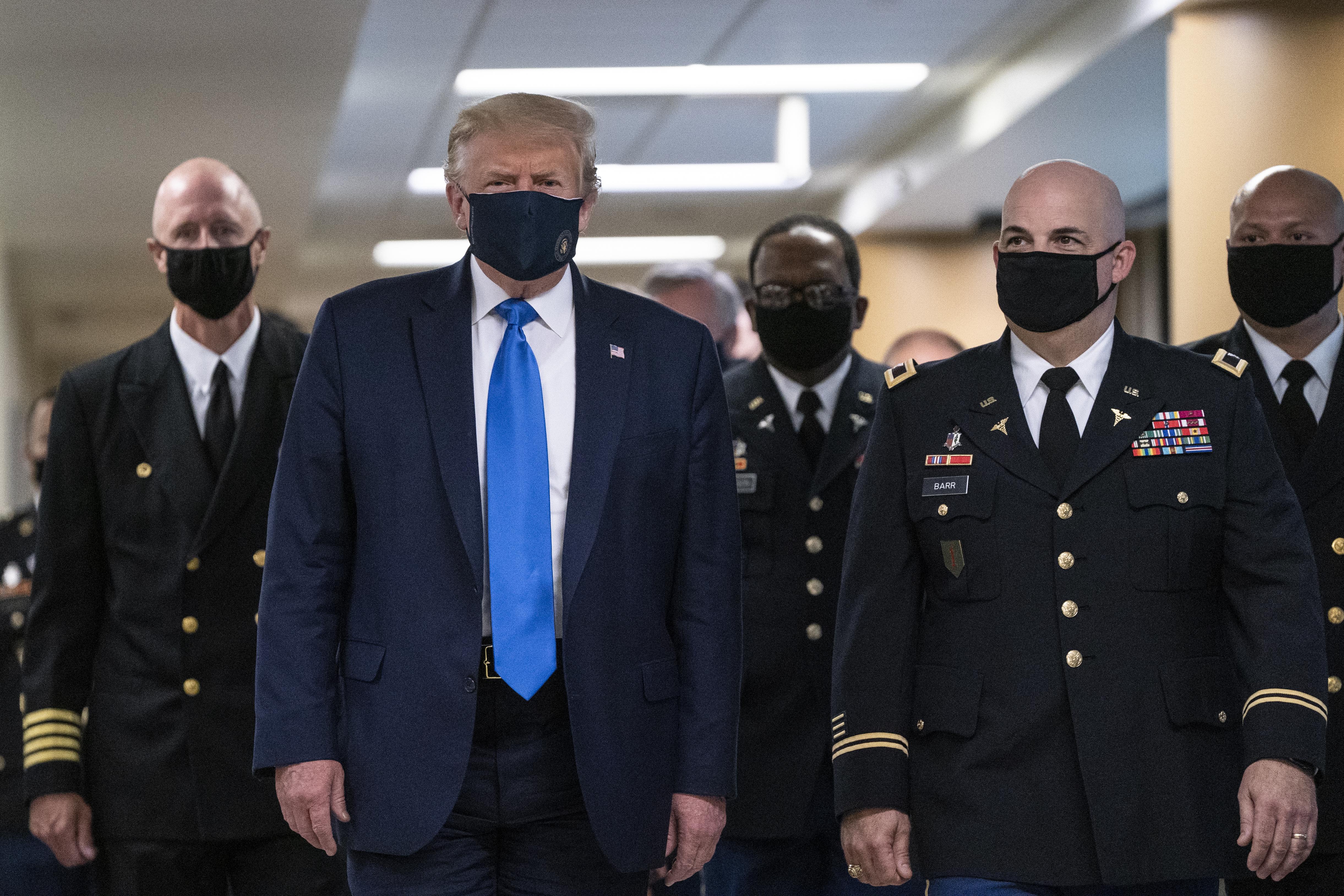 特朗普訪問軍醫院 首度公共場合戴口罩
