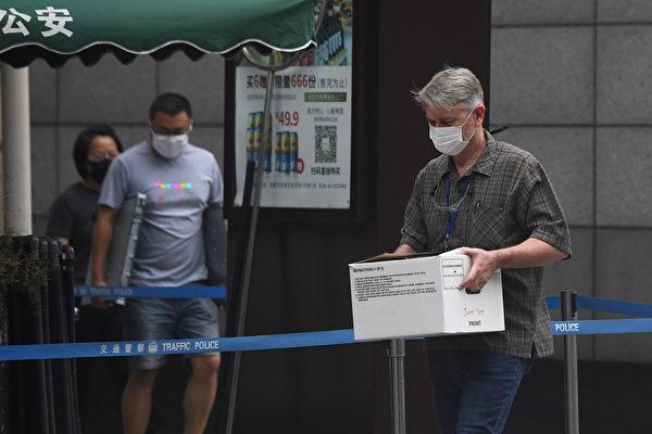 2020年7月25日,美國駐成都領事館的人員忙著打包撤離。(Noel Celis/AFP)