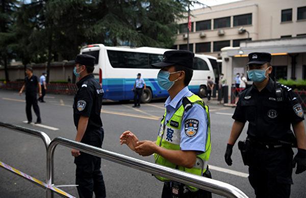 2020年7月25日,警方在美國駐成都領事館外部設置路障。 (Noel Celis/AFP)