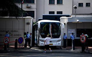 一巴士離開成都領事館 疑似美外交官撤離