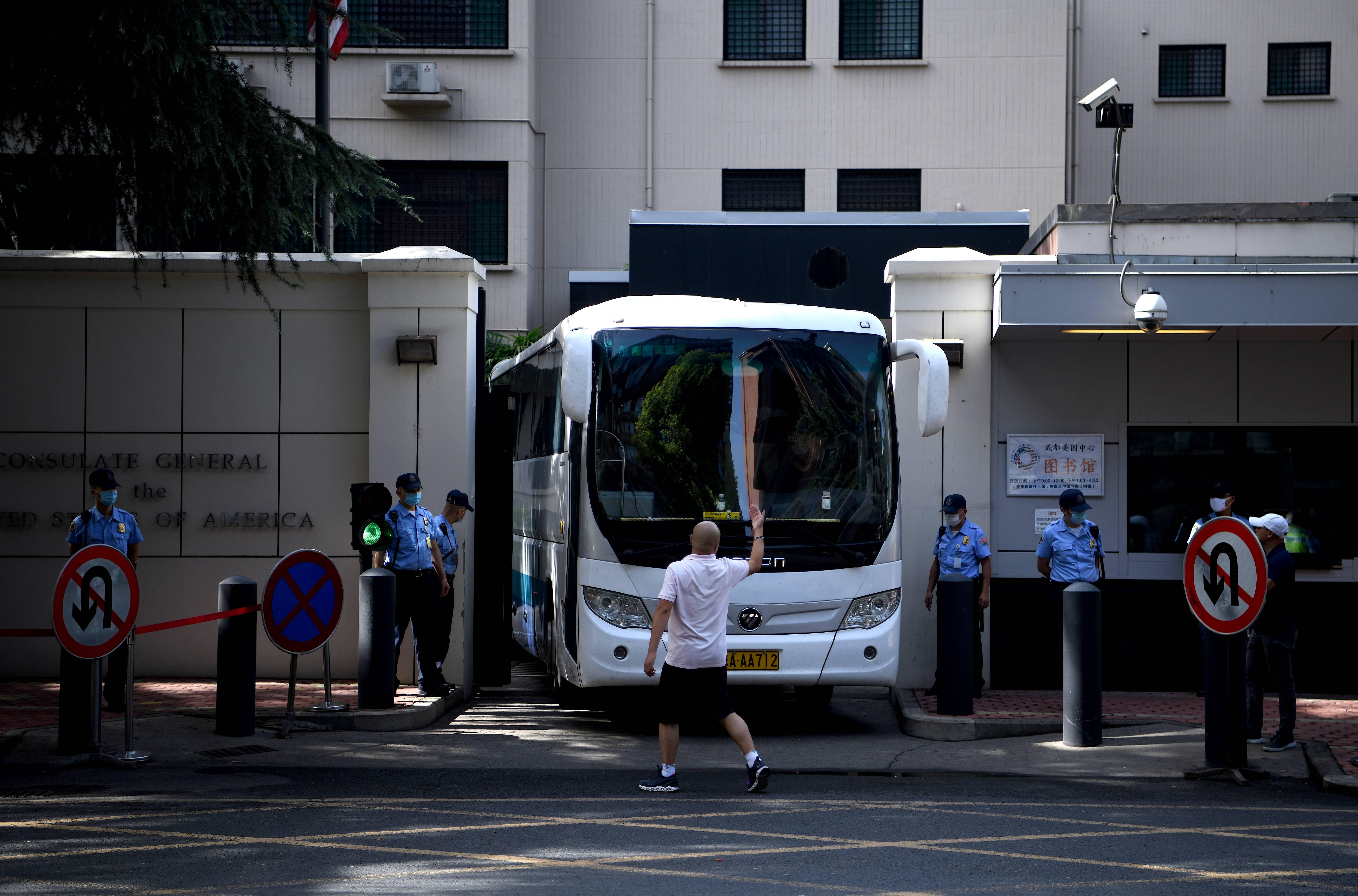 一巴士離開成都領事館 疑似美外交官在撤離