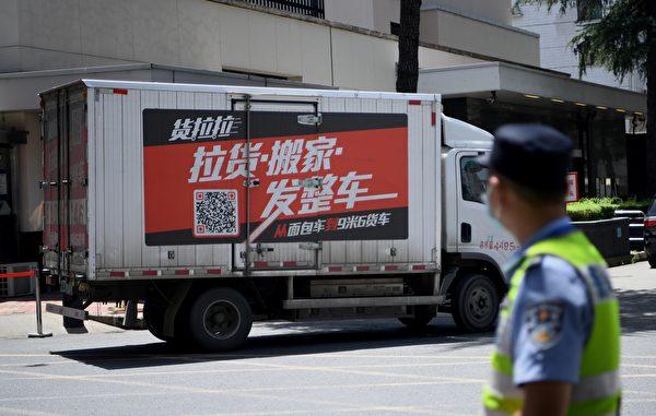 圖為一輛搬運公司的卡車7月26日抵達美國駐成都領事館。(Photo by Noel Celis/AFP)