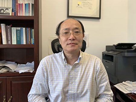 朱偉律師表示,香港變為一國一制,之前沒有打算移民的港人辦起了移民手續。(林丹/大紀元)
