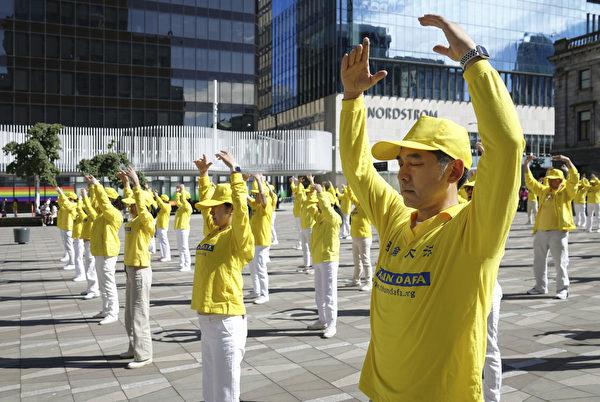 2020年7月12日,溫哥華法輪功學員在市中心藝術館前廣場,舉辦大型煉功活動,反迫害21年。(大宇/大紀元)