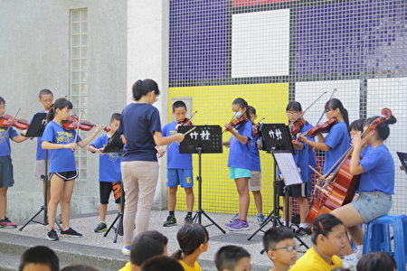"""竹村国小最特别的是""""弦乐团"""",成军虽只有三年,但同学们认真努力学习的态度,让老师与校长感动。"""